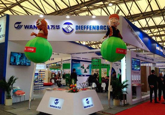 第十三届中国国际林业、木工机械与供应展览会与今日在上海新国际博览中心隆重开幕,来自15个国家的350位参展商出席本次展览会。 参展产品主要为各个参展商高精尖木工机械设备、配件以及其他供应产品。今年,国内木工机械以最大的展团阵容亮相,加拿大展团、德国展团以及意大利展团也出席本次展会。  万华板业与德国迪芬巴赫集团的联合参展在本届展会中博得诸多目光,强强联合对于促进全球特别是我国农作物秸秆综合利用,解决农作物秸秆废弃处理问题、保护生态环境、惠农增收,促进农民就业,加快安全健康家居升级等都有划时代的意义。 万华